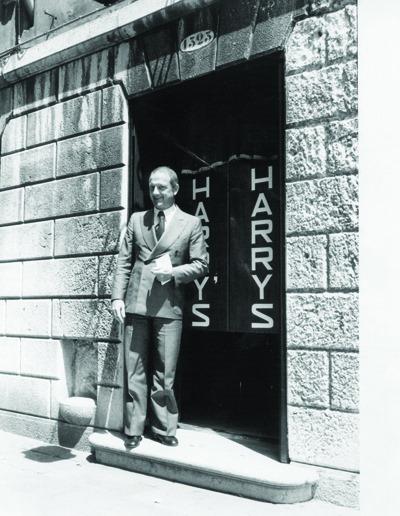 Persona in posa presso l'ingresso dell' Harry's Bar
